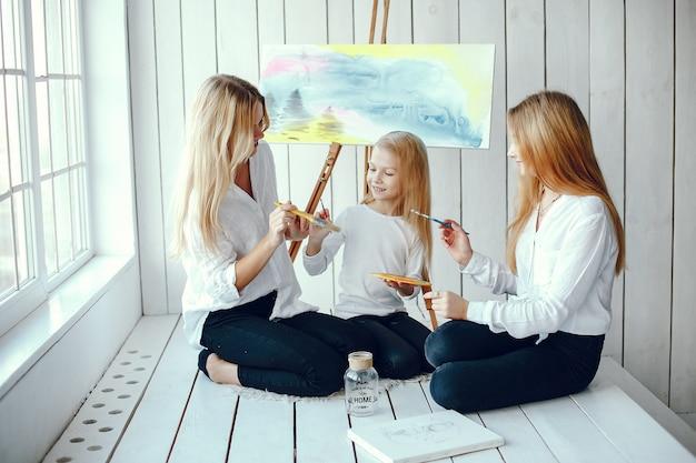 美しいママと娘が描いています