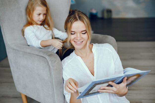 母娘と一緒に本を読んで