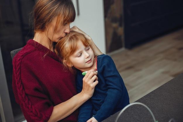 母は彼女の娘を自宅で治療します