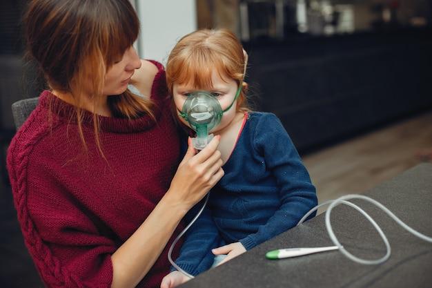 Мать лечит дочь дома