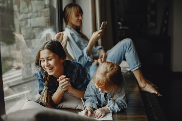 Мать с дочерьми дома