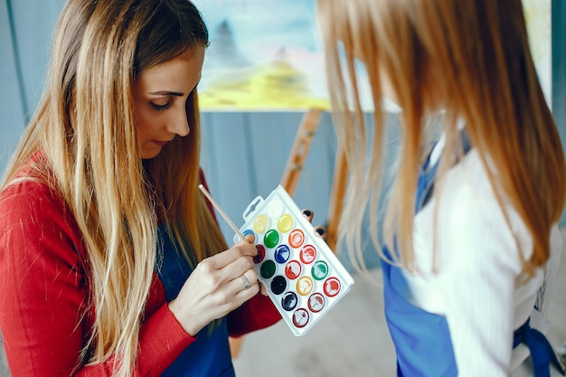 ママと娘が描いています