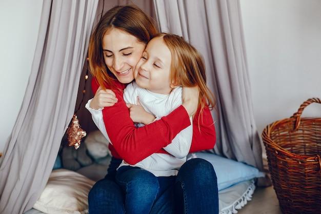 母と娘が遊んで