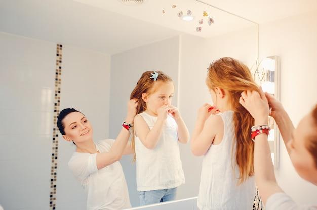 かわいい家族は浴室で楽しんでいます