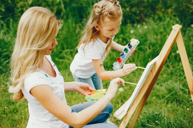 Мать с дочерью, рисование в парке