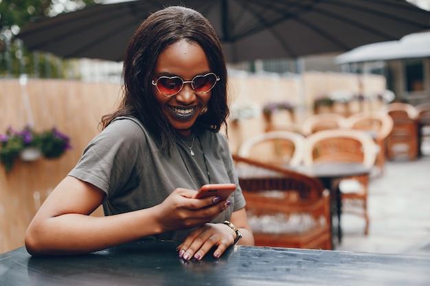 夏の街でエレガントな黒人の女の子