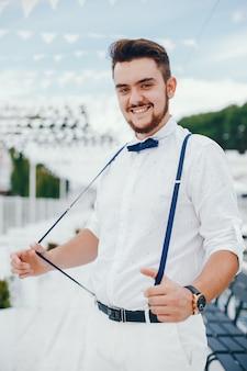 Жених одет в белую рубашку