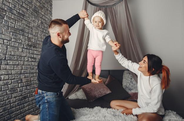 父と母と小さな娘
