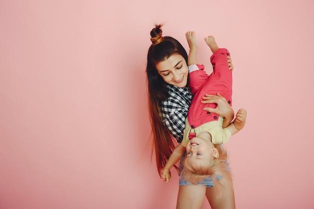 Мать и дочь развлекаются в студии
