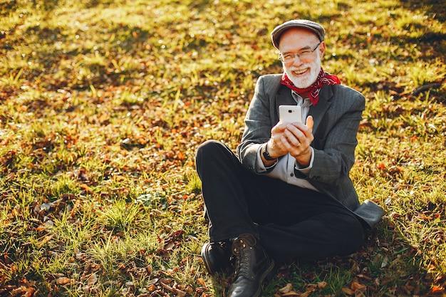 日当たりの良い秋の公園でエレガントな老人