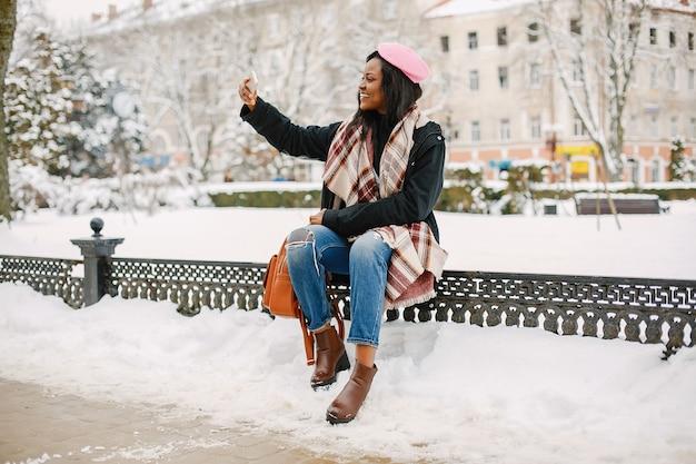 Элегантная черная девушка в зимнем городе
