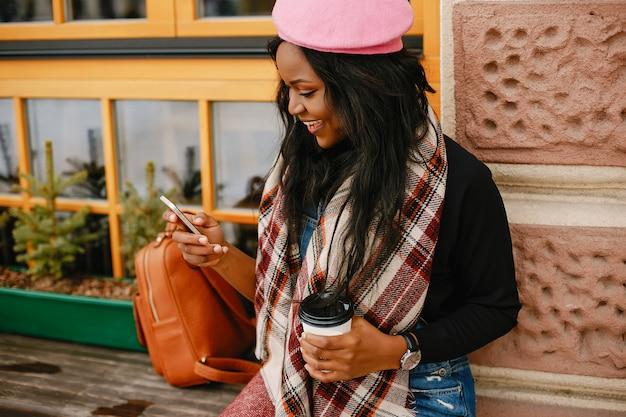 冬の街でエレガントな黒人の女の子