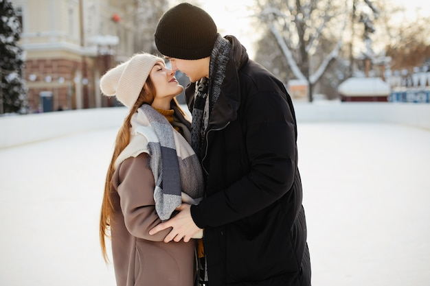 アイスアリーナでかわいいカップル