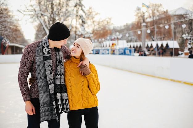 Милая пара на ледовой арене
