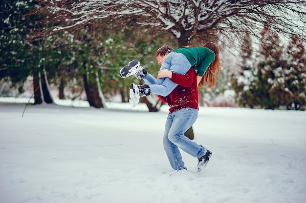Милая пара развлекается в зимнем парке