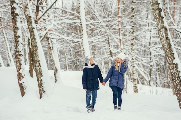 冬のオークでかわいい息子を持つ母