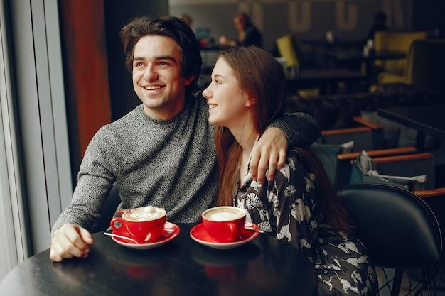 かわいいカップルは、カフェで過ごす