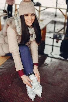 冬の街でかわいい、美しい女の子