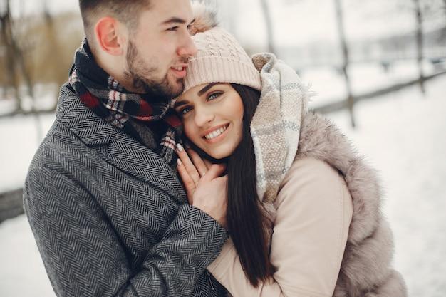 Милая и любящая пара в зимнем городе