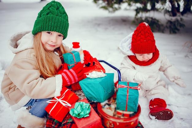Милая маленькая девочка в зимнем парке