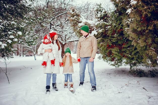 冬の公園でかわいい娘連れのご家族