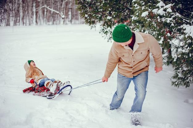 冬の公園でかわいい娘と父