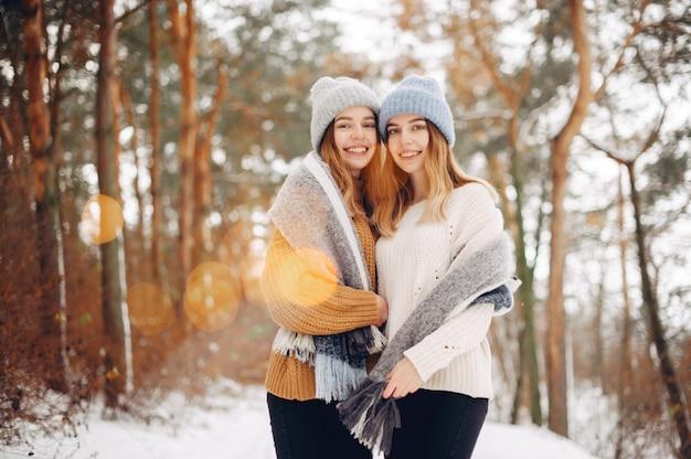 冬の公園で二人のかわいい女の子