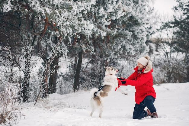 Красивая женщина играет с собакой