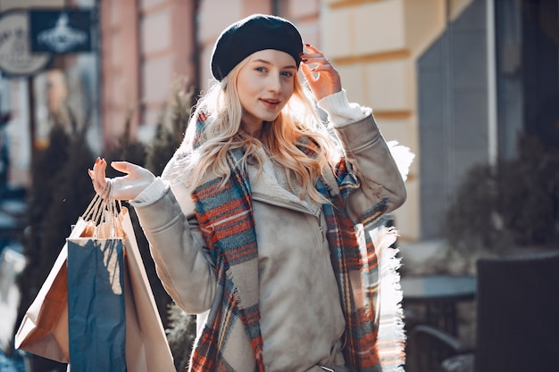 街を歩いてエレガントなかわいい金髪