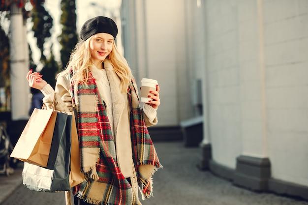 Элегантная милая блондинка гуляет по городу