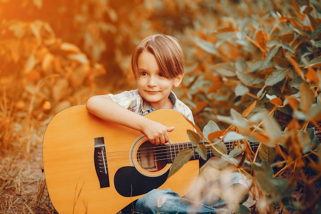 Милый маленький мальчик, играя в парке