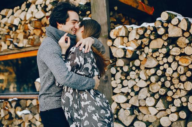 Влюбленная пара стоит в зимнем парке