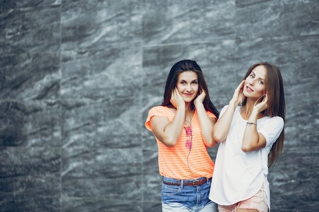 Две красивые девушки в летнем парке