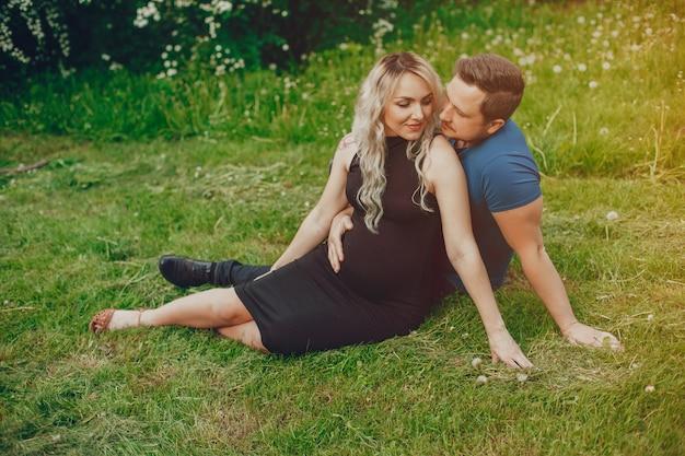夏の公園で彼女の夫と妻