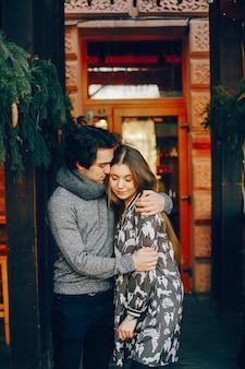 冬の街でかわいいと愛情のあるカップル