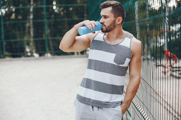 朝の夏の公園でスポーツ男