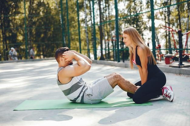 朝の夏の公園でスポーツカップル