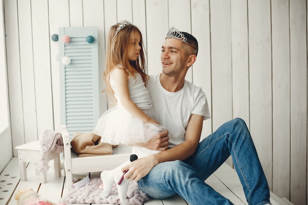 父は小さな娘と遊ぶ