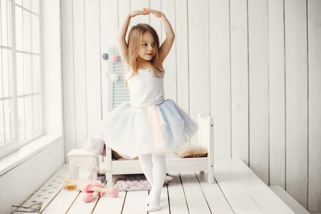 Милая маленькая девочка танцует дома