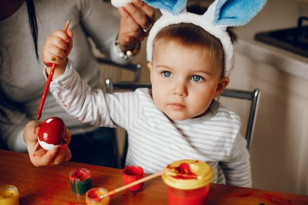 台所で幼い息子を持つ母