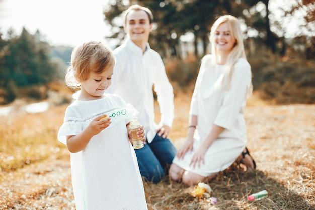 Милая семья играет в парке летом