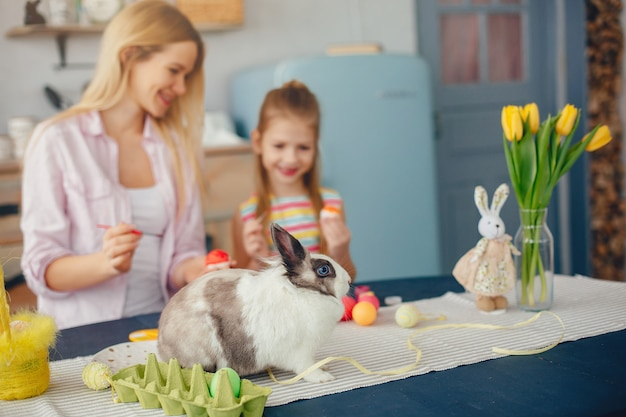 Мать с маленькой дочерью на кухне
