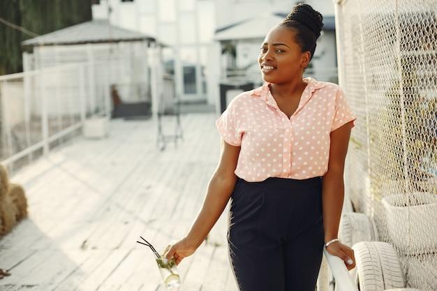 夏の公園に立っている美しい黒い女の子
