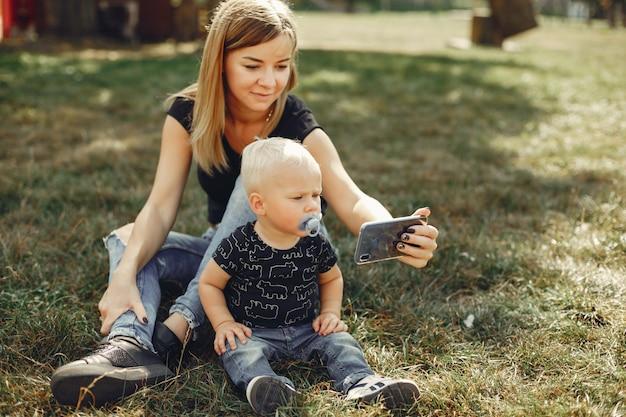 Мать с сыном, играя в парке летом