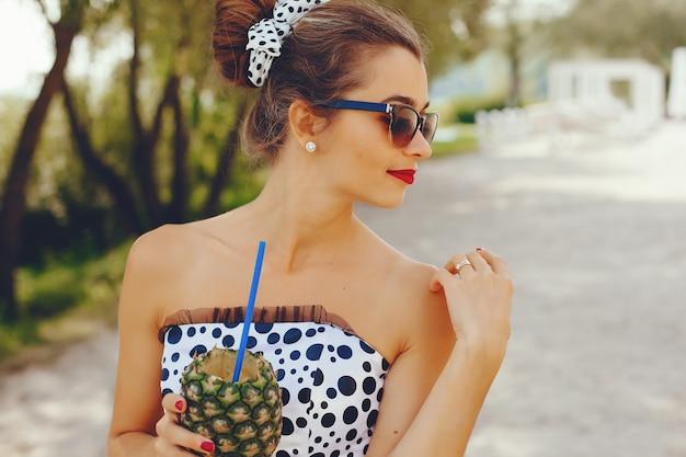 Молодая и красивая девушка в парке летом