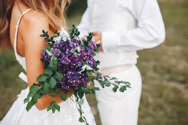 Красивая свадебная пара в летнем поле