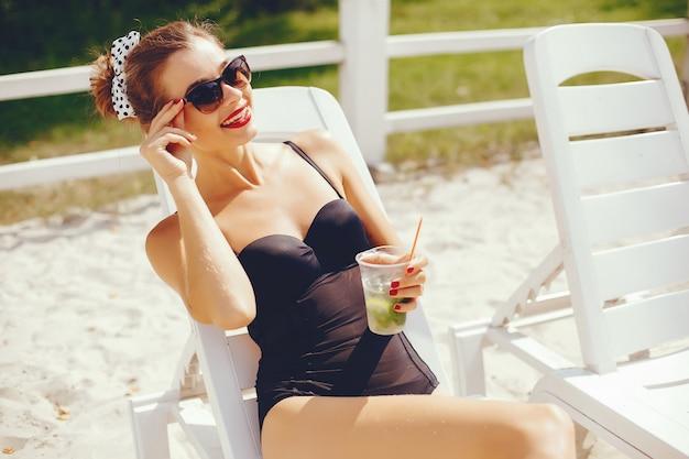 Элегантная женщина на солнечном пляже