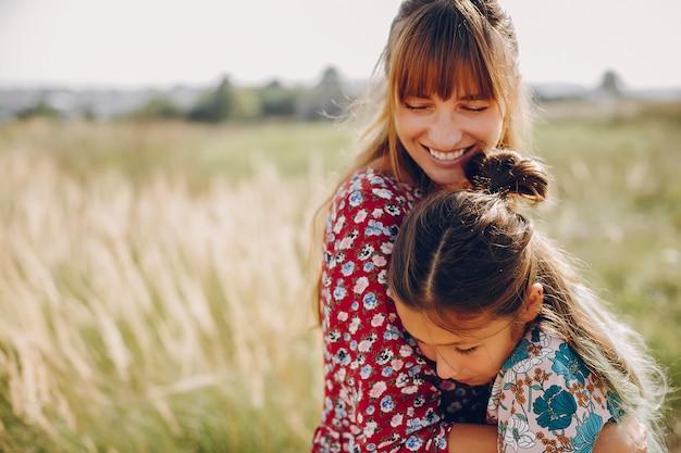 Милая и стильная семья на летнем поле