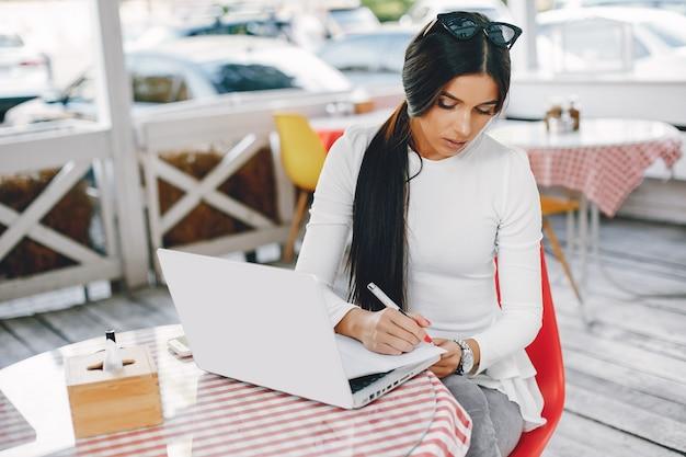 夏の街でエレガントな女性実業家