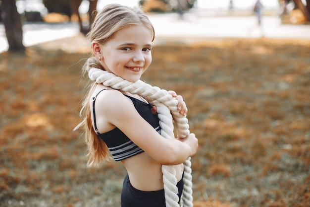 夏の公園で小さなスポーツ少女